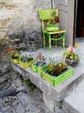 Μέρος της Νίκαιας του σπιτιού με τα χρωματισμένα κρεβάτια λουλουδιών και μια καρέκλα Στοκ φωτογραφίες με δικαίωμα ελεύθερης χρήσης