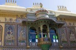 Μέρος της οικοδόμησης του παλατιού πόλεων Udaipur στην Ινδία με μια διακόσμηση Στοκ εικόνες με δικαίωμα ελεύθερης χρήσης