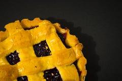 Μέρος της πίτας κερασιών, κέικ που βλέπει άνωθεν σε ένα μαύρο υπόβαθρο Στοκ Φωτογραφίες
