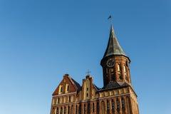 Μέρος της πρόσοψης στον καθεδρικό ναό και τον παλαιό πύργο ρολογιών Στοκ φωτογραφία με δικαίωμα ελεύθερης χρήσης