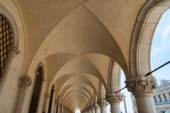 Μέρος της πρόσοψης Doge ` s του παλατιού Palazzo Ducale στη Βενετία κατά τη διάρκεια της ημέρας παρουσιάζει λεπτομερή γοτθική αρχ Στοκ εικόνες με δικαίωμα ελεύθερης χρήσης