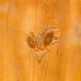 Μέρος της uncolored τραχιάς ξύλινης σανίδας με τον κόμβο μορφής καρδιών Στοκ Εικόνα