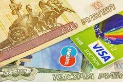 Μέρος της Visa τραπεζικών καρτών και της κύριας κάρτας και μέρη του ρωσικού τριψίματος Στοκ Εικόνες
