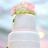 Μέρος του άσπρου κέικ γάμου ή γενεθλίων Στοκ Φωτογραφία