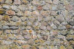 Μέρος του αρχαίου τοίχου πετρών για το υπόβαθρο ή τη σύσταση Παλαιό γκρίζο υπόβαθρο τοίχων πετρών Grunge με στενό επάνω βρύου Τρα Στοκ εικόνα με δικαίωμα ελεύθερης χρήσης
