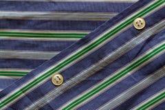 Μέρος του γαλαζοπράσινου ριγωτού πουκάμισου με τη σύσταση ή το υπόβαθρο κουμπιών Στοκ εικόνες με δικαίωμα ελεύθερης χρήσης