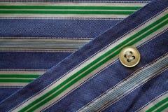 Μέρος του γαλαζοπράσινου ριγωτού πουκάμισου με τη σύσταση ή το υπόβαθρο κουμπιών Στοκ εικόνα με δικαίωμα ελεύθερης χρήσης