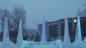 Μέρος του γλυπτού στην πόλη πάγου κατά τη διάρκεια των χιονοπτώσεων απόθεμα βίντεο