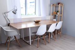 Μέρος του εσωτερικού με τις άσπρους καρέκλες και τον πίνακα για τις διαπραγματεύσεις Στοκ φωτογραφία με δικαίωμα ελεύθερης χρήσης