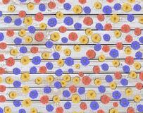 Μέρος του ζωηρόχρωμου λουλουδιού μαργαριτών στον ξύλινο πίνακα Στοκ εικόνες με δικαίωμα ελεύθερης χρήσης