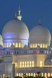 Μέρος του διάσημου Sheikh του Αμπού Ντάμπι μουσουλμανικού τεμένους Zayed τή νύχτα Στοκ Εικόνες