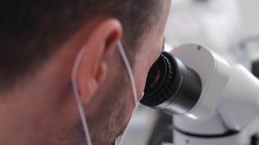 Μέρος του κοιτάγματος οδοντιάτρων μέσω του οδοντικού μικροσκοπίου απόθεμα βίντεο
