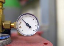 Μέρος του λειτουργώντας μετρητή πίεσης μετρητών εξοπλισμού με ένα βέλος Στοκ Εικόνες