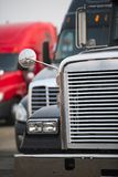 Μέρος του μετώπου του μεγάλου αμαξιού φορτηγών εγκαταστάσεων γεώτρησης ημι με τα κάγκελα χρωμίου και στοκ φωτογραφία με δικαίωμα ελεύθερης χρήσης