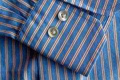 Μέρος του μπλε ριγωτού πουκάμισου με τη σύσταση ή το υπόβαθρο κουμπιών Στοκ φωτογραφία με δικαίωμα ελεύθερης χρήσης