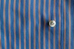 Μέρος του μπλε ριγωτού πουκάμισου με τη σύσταση ή το υπόβαθρο κουμπιών Στοκ Εικόνες