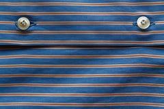 Μέρος του μπλε ριγωτού πουκάμισου με τη σύσταση ή το υπόβαθρο κουμπιών Στοκ εικόνα με δικαίωμα ελεύθερης χρήσης