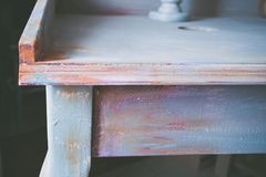 Μέρος του ξύλινου γραφείου που χρωματίζεται με τις κρητιδικές diy ιδέες χρωμάτων Στοκ εικόνα με δικαίωμα ελεύθερης χρήσης