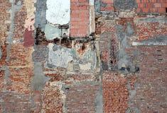 Μέρος του παλαιού εγκαταλελειμμένου τουβλότοιχος μετά από την εργασία κατεδάφισης Στοκ φωτογραφία με δικαίωμα ελεύθερης χρήσης