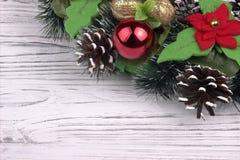 Μέρος του στεφανιού Χριστουγέννων σε ένα άσπρο ξύλινο υπόβαθρο Στοκ Εικόνες