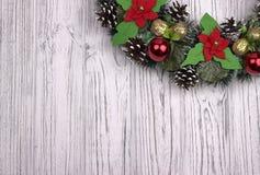 Μέρος του στεφανιού Χριστουγέννων σε ένα άσπρο ξύλινο υπόβαθρο Στοκ Φωτογραφία