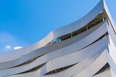 Μέρος του σύγχρονου κτηρίου στην πόλη με το μπλε ουρανό Στοκ φωτογραφίες με δικαίωμα ελεύθερης χρήσης