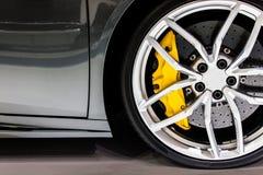 Μέρος του σύγχρονου νέου αυτοκινήτου ροδών με το μαξιλάρι φρένων δίσκων Στοκ Εικόνες