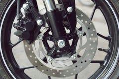 Μέρος του σώματος μοτοσικλετών, αθλητισμός μηχανών ταχύτητας, μαύρο μεγάλο ποδήλατο Στοκ Φωτογραφίες