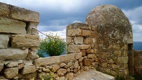 Μέρος του τοίχου στην πόλη Rethymno με την ημέρα μαργαριτών ανθίσματος την άνοιξη Στοκ φωτογραφία με δικαίωμα ελεύθερης χρήσης