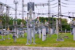 Μέρος του υψηλής τάσεως υποσταθμού με τους διακόπτες και τα disconnectors Στοκ Φωτογραφίες
