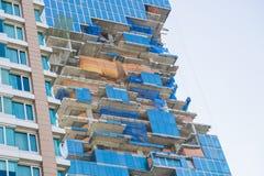 Μέρος του υψηλού κτηρίου ανόδου κάτω από την οικοδόμηση στοκ εικόνες