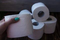 Μέρος του χαρτιού τουαλέτας και ενός χεριού Στοκ Εικόνες