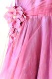 Μέρος του όμορφου ρόδινου φορέματος με το διακοσμητικό λουλούδι Στοκ Εικόνα