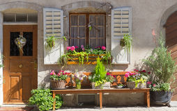 Μέρος του όμορφου σπιτιού με τα λουλούδια 2 στοκ φωτογραφία με δικαίωμα ελεύθερης χρήσης