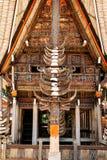 Μέρος του tongkonan σπιτιού με τα κέρατα των βούβαλων και της ξύλινων γλυπτικής και των έργων ζωγραφικής Kete Kesu στη Tana Toraj Στοκ φωτογραφία με δικαίωμα ελεύθερης χρήσης