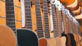 Μέρος των ακουστικών κιθάρων που κρεμούν σε ένα κατάστημα μουσικής Μουσικά όργανα καταστημάτων φιλμ μικρού μήκους