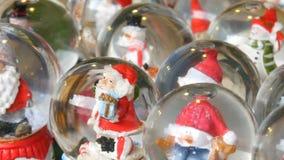 Μέρος των διακοσμητικών σφαιρών σφαιρών ή Χριστουγέννων χιονιού με Άγιο Βασίλη μέσα Ντεκόρ Χριστουγέννων και του νέου έτους για τ απόθεμα βίντεο