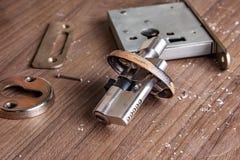 Μέρος των κλειδαριών πορτών αλουμινίου καθορισμένων Συνέλευση της κλειδαριάς πορτών αλουμινίου για την επισκευή στοκ εικόνες