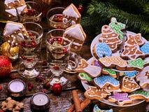 Μέρος των μπισκότων Χριστουγέννων στην τοποθετημένη στη σειρά στάση μπισκότων Στοκ εικόνες με δικαίωμα ελεύθερης χρήσης