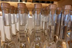 μέρος των μπουκαλιών οινοπνεύματος σε ένα ράφι στοκ εικόνα με δικαίωμα ελεύθερης χρήσης