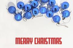 Μέρος των μπλε μικρών διακοσμητικών σφαιρών Χριστουγέννων στο λευκό Στοκ Φωτογραφίες