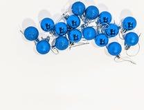Μέρος των μπλε μικρών διακοσμητικών σφαιρών Χριστουγέννων στο λευκό Στοκ Φωτογραφία