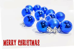 Μέρος των μπλε μικρών διακοσμητικών σφαιρών Χριστουγέννων στο λευκό Στοκ Εικόνα