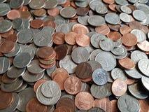 μέρος των νομισμάτων πενών δολαρίων στις διαφορετικές μετονομασίες, το υπόβαθρο και τη σύσταση στοκ εικόνες