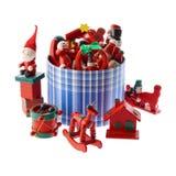 Μέρος των πολύχρωμων διακοσμήσεων Χριστουγέννων σε ένα μπλε ριγωτό roun Στοκ Φωτογραφίες