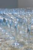 Μέρος των σαφών κενών γυαλιών κρασιού στον πίνακα πετρών γρανίτη Στοκ φωτογραφία με δικαίωμα ελεύθερης χρήσης