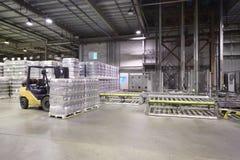 Μέρος των συσκευασμένων μπουκαλιών μπύρας στη μεγάλη αποθήκη εμπορευμάτων στοκ εικόνες με δικαίωμα ελεύθερης χρήσης