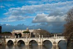 Μέρος των σύννεφων κάτω από τον ποταμό και τη γέφυρα Ponte Sant Angelo Tiber πλησίον Castel Sant Angelo, Ρώμη, Ιταλία, το Φεβρουά Στοκ φωτογραφίες με δικαίωμα ελεύθερης χρήσης