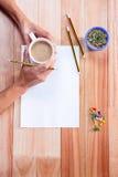 Μέρος των χεριών που σύρουν με το μολύβι Στοκ φωτογραφία με δικαίωμα ελεύθερης χρήσης
