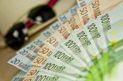 Μέρος των χρημάτων, των γυαλιών ηλίου και του καπέλου Βραβείο πόκερ, υψηλός πάσσαλος Στοκ Εικόνες